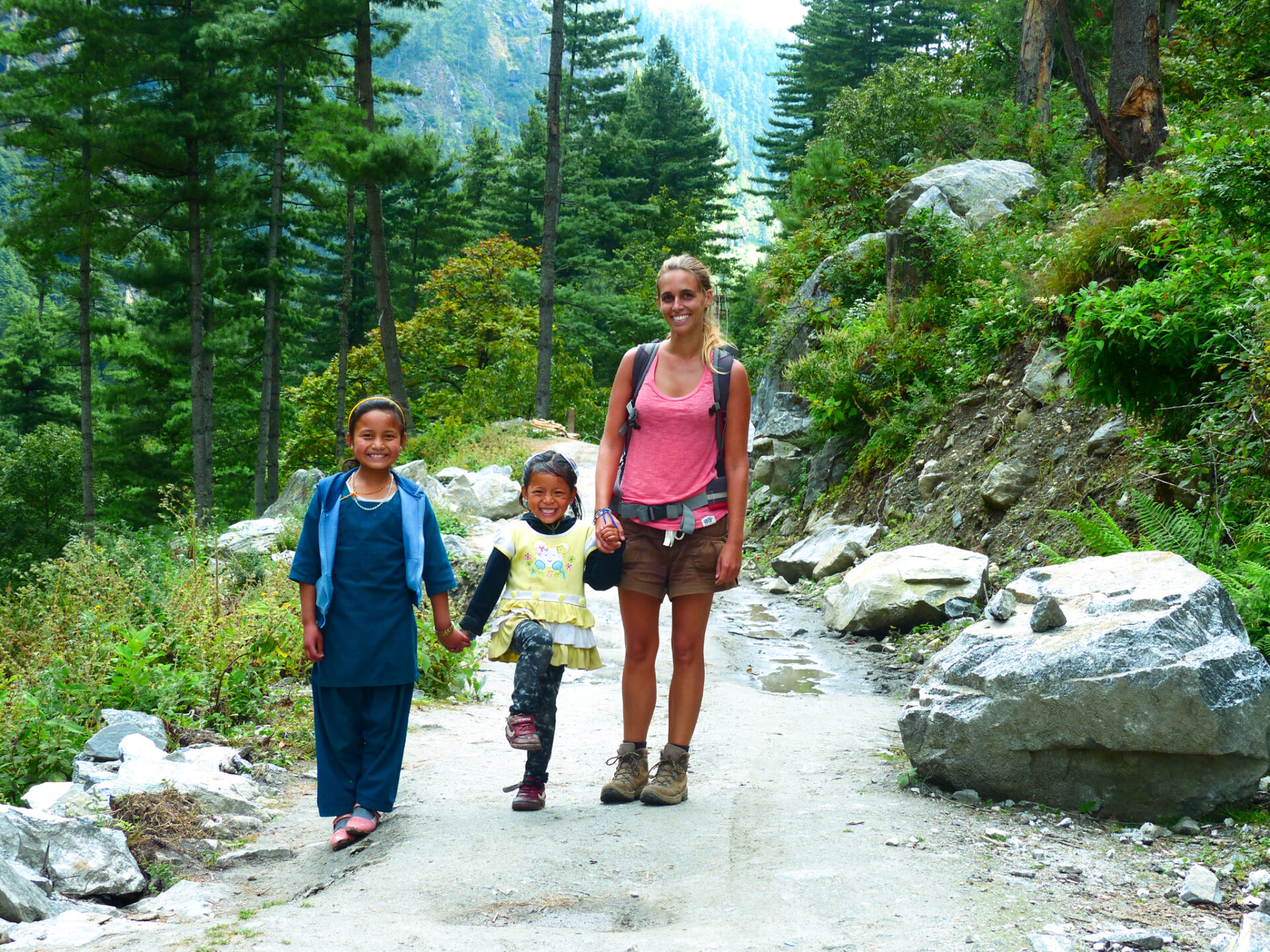 Petites filles népalaises du trek des Annapurnas